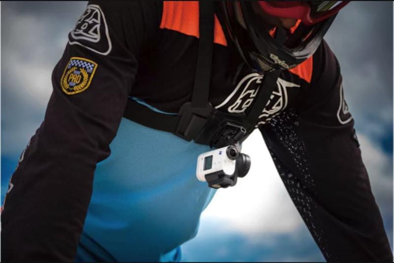 Kamerę sportową można dzięki akcesoriom przyczepić do ciała