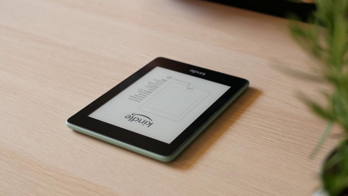 Kindle Paperwhite 4 na stole