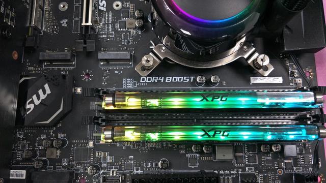 Kości RAM posiadają hybrydowy układ chłodzenia.