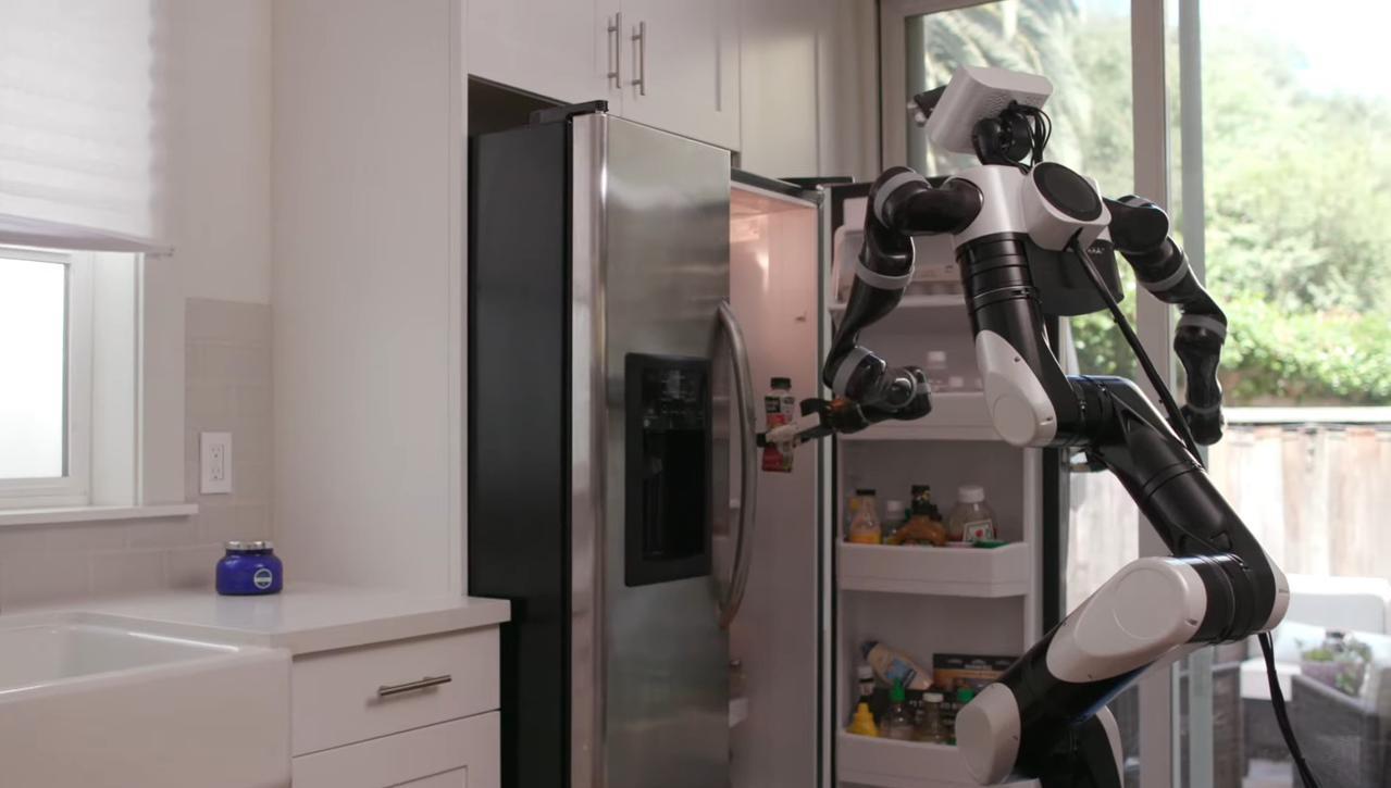 Robot Toyoty może chwytać obiekty w oparciu o obraz rozszerzonej rzeczywistości (Źródło: TRI)
