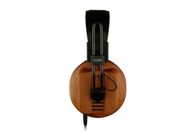 Słuchawki posiadają drewnianą obudowę.