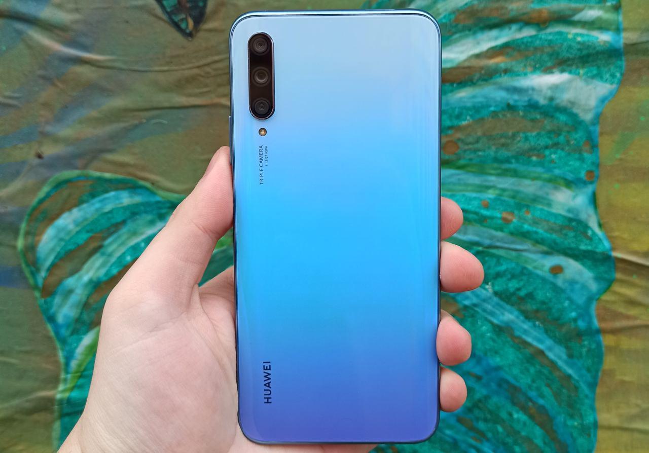Huawei P Smart Pro za opalizującym tyłem skrywa średnie podzespoły