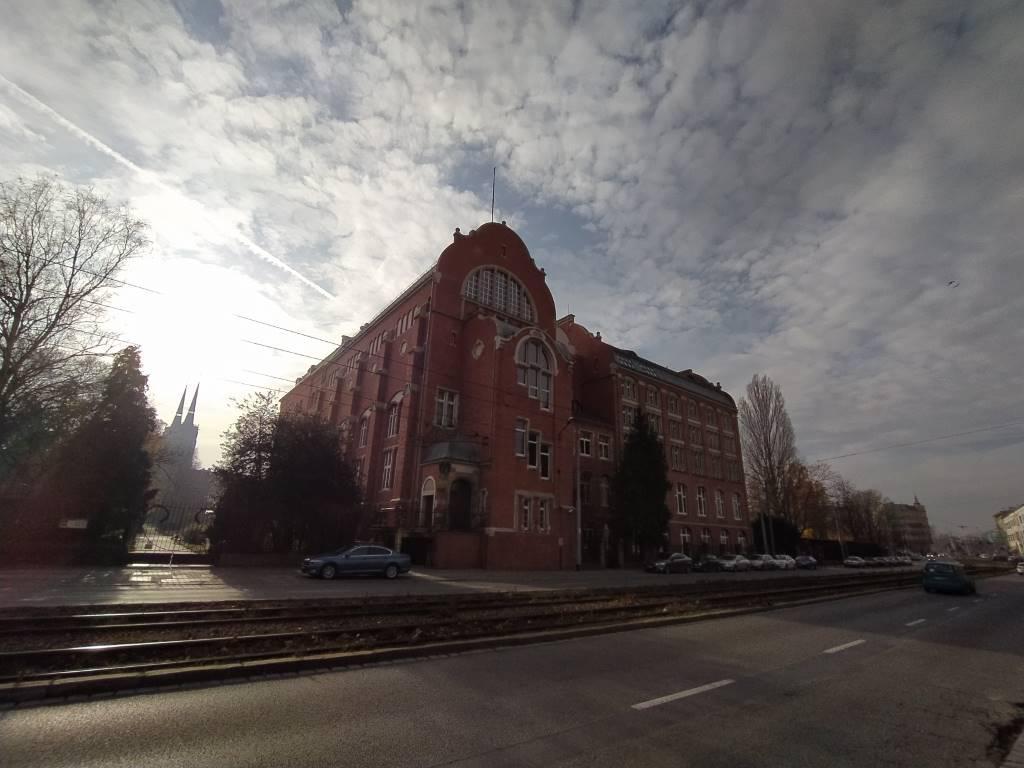 Redmi Note 8T - zdjęcie budynku z obiektywu szerokokątnego