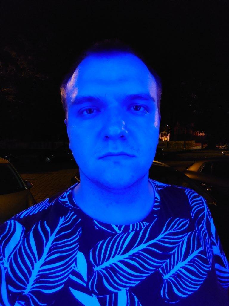 Sony Xperia 1 II - selfie w sztucznym oświetleniu nocą