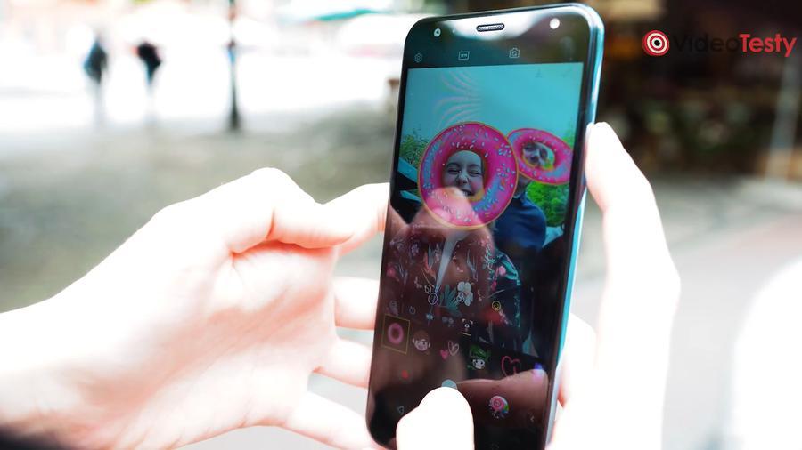 LG K40 posiada wbudowane filtry i naklejki na twarz