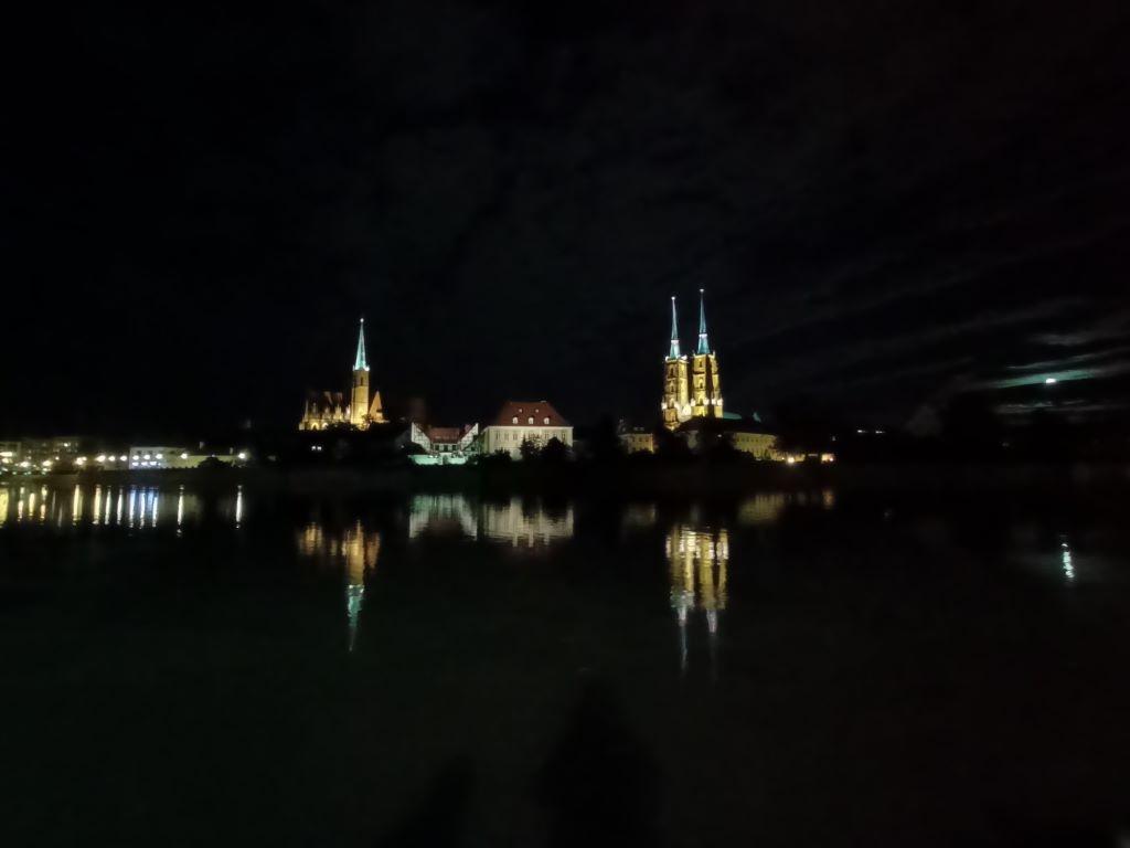 realme 7 nocą - obiektyw ultraszerokokątny