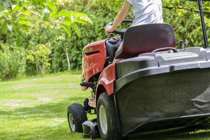 Traktorek ogrodowy koszący trawnik