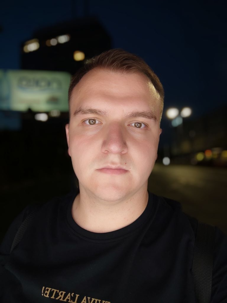 POCO X3 NFC - selfie ze sztucznym oświetleniem