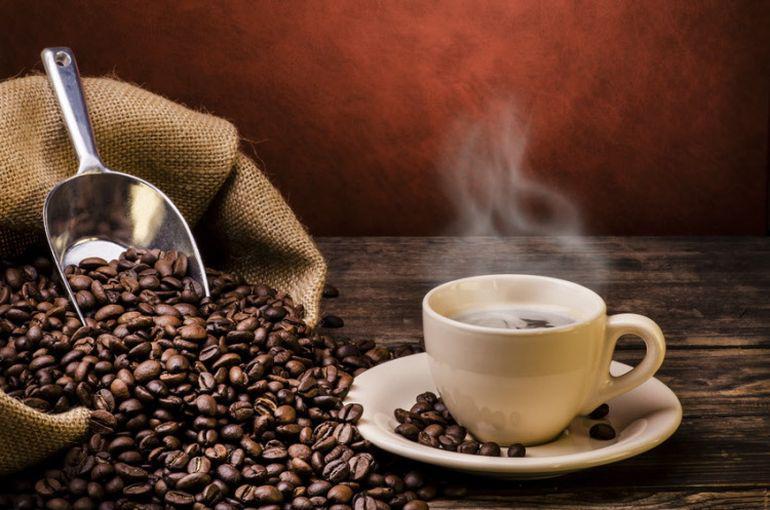 ziarna kawy i gotowa kawa