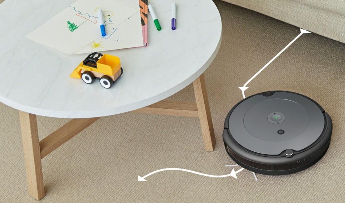 iRobot Roomba 697 na beżowym dywanie