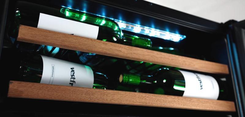 Dębowy front godnie prezentuje butelki z winem