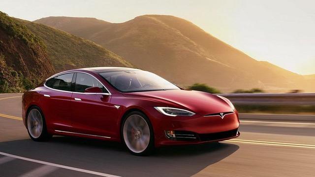 Tesla Model S zderzył się... z policyjnym radiowozem