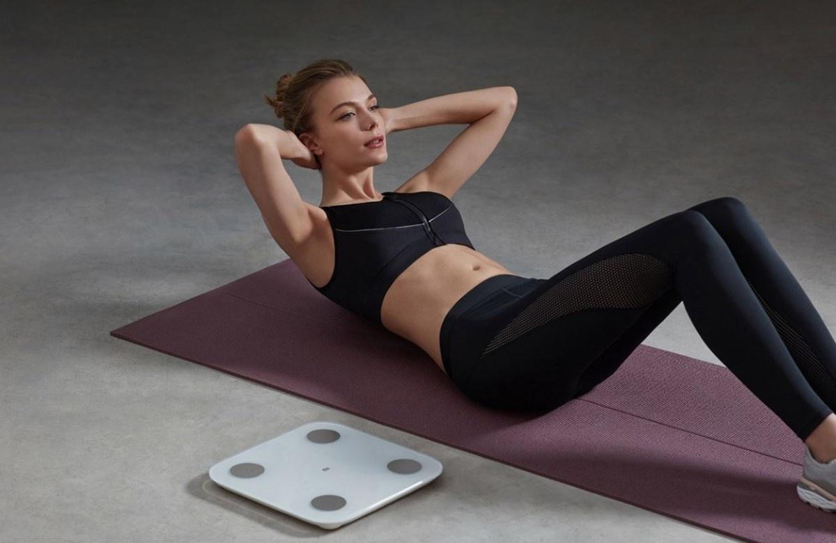 Kobieta ćwiczy koło wagi  Xiaomi Mi Body Composition Scale 2