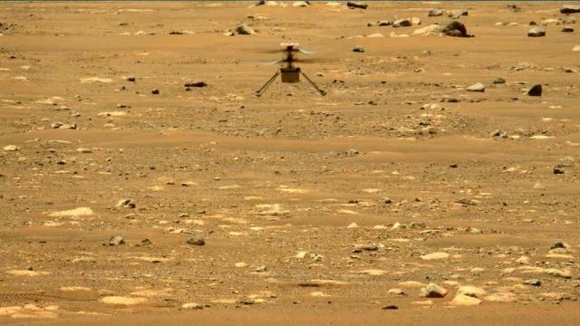 Ingenuity wzbił się na wysokość blisko 3 metrów (fot. NASA JPL)