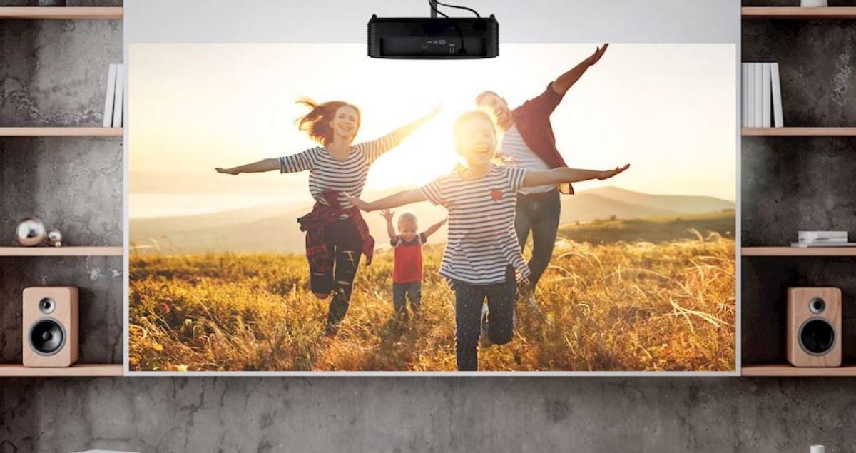Optoma HD28e wyświetlająca obraz na ekranie