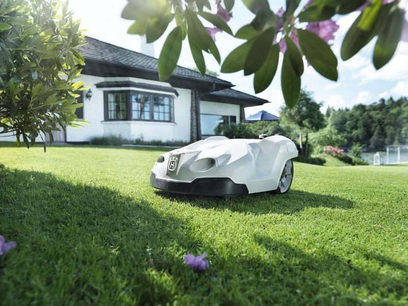Kosiarka automatyczna najlepiej pracuje na czystym trawniku