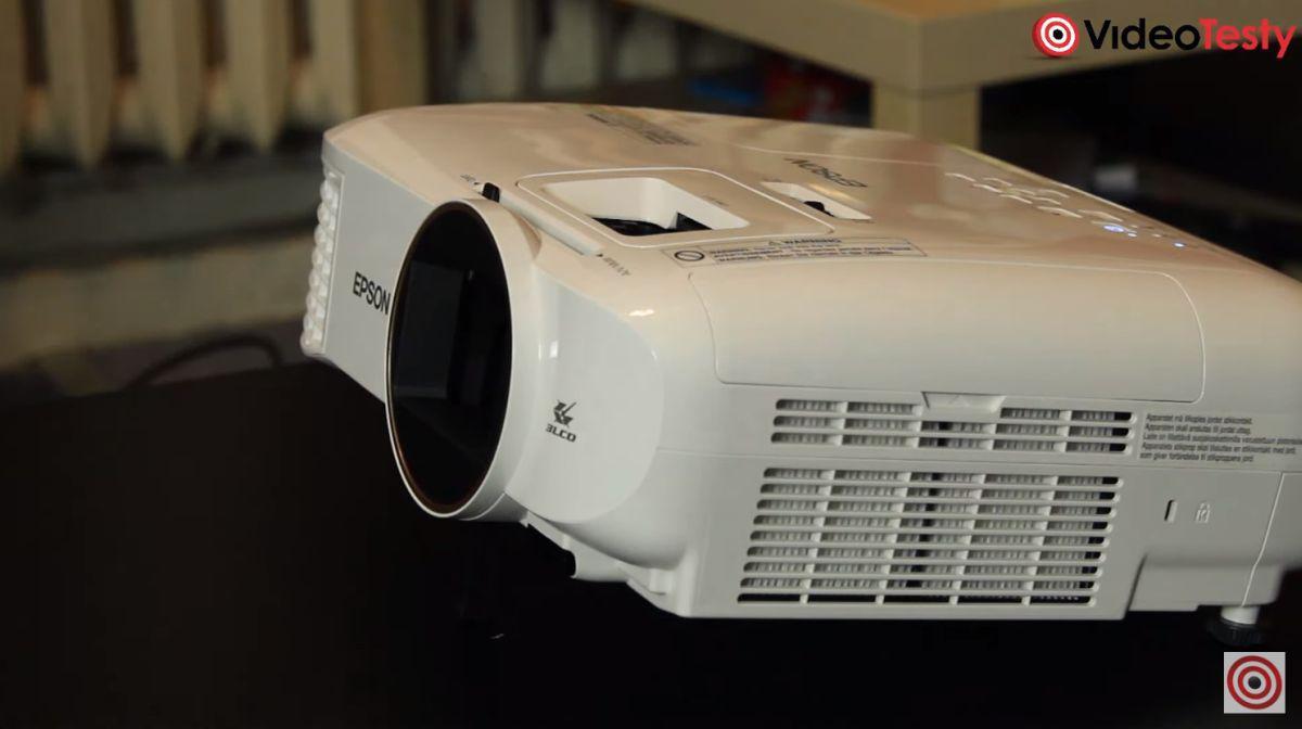 projektor Epson EH-TW5650 ustawiony wyżej