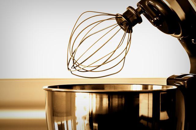 robot kuchenny z trzepaczką i misą