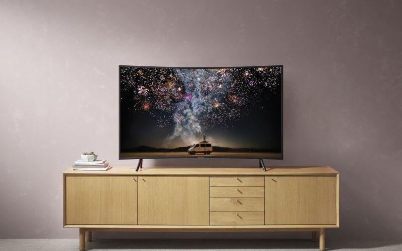 RU7300 wyposażony jest w Samsung Smart TV