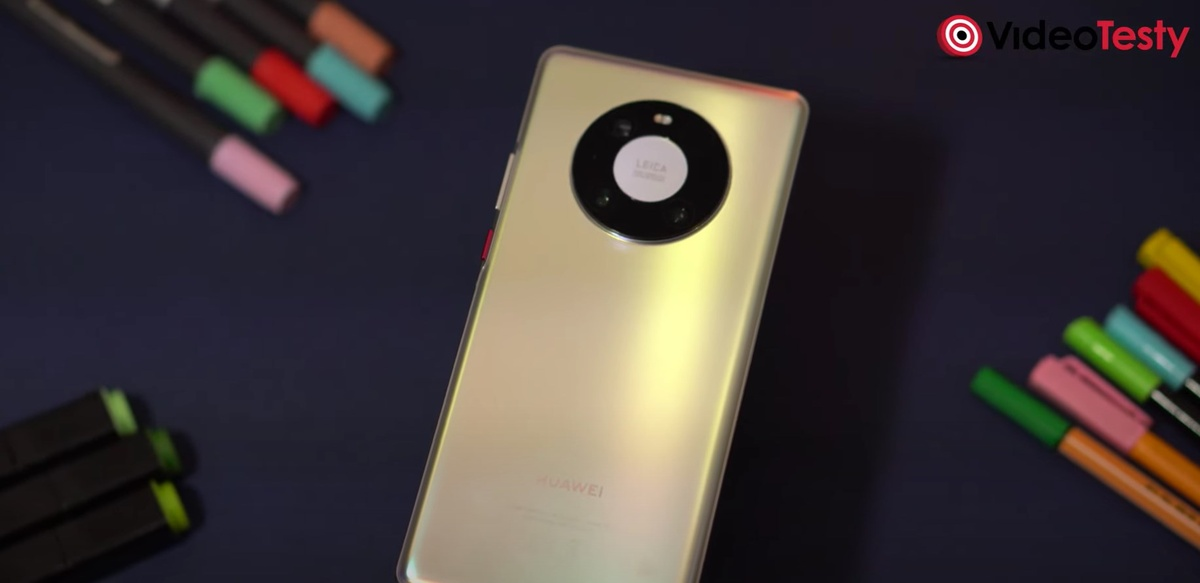 Tył Huawei mate 40 pro jest połyskliwy