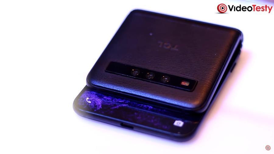 Wyginany telefon od TCL pokazywano głównie od tyłu