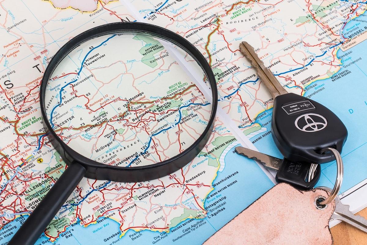 Kluczyki i lupa na mapie