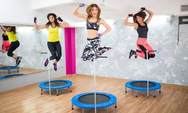 jumping fitness na trampolinie