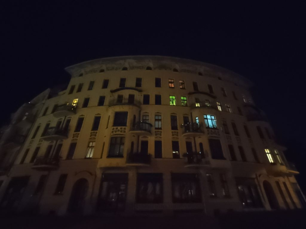 Obiektyw ultraszerokokątny nocą widzi zauważalnie mniej detali