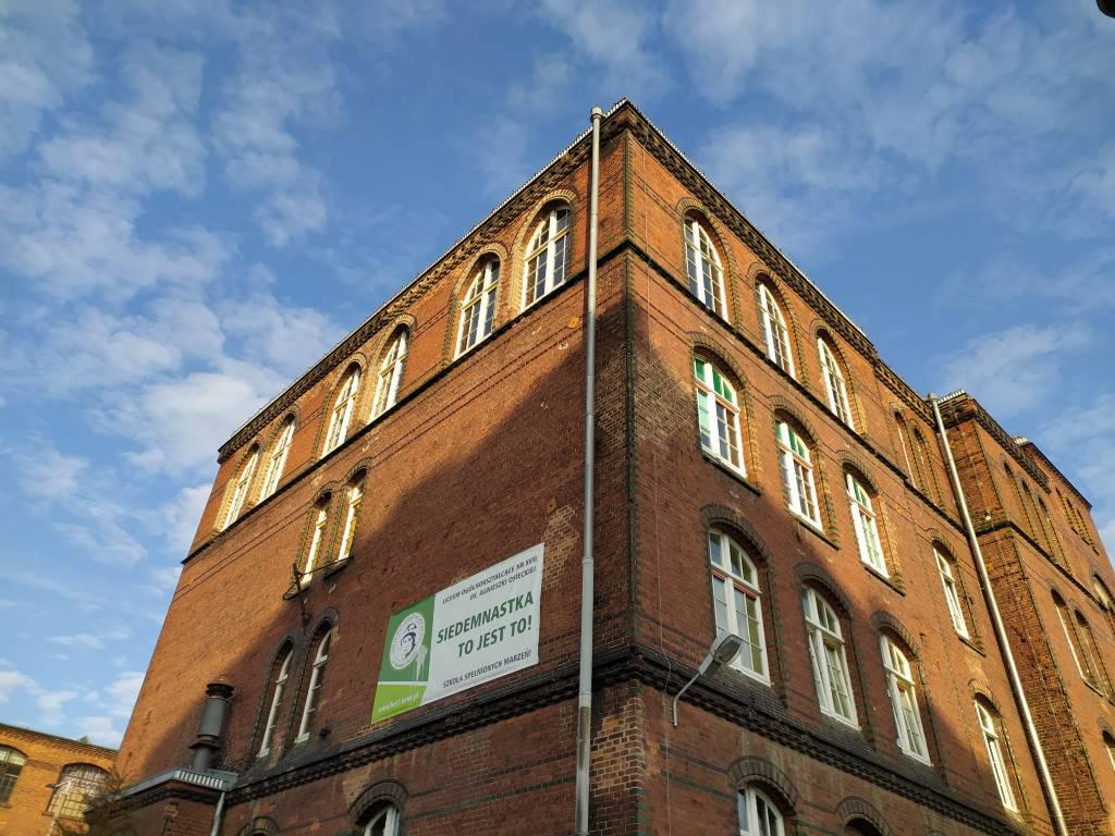 Redmi Note 8T - budynek szkoły - zdjęcie w trybie automatycznym