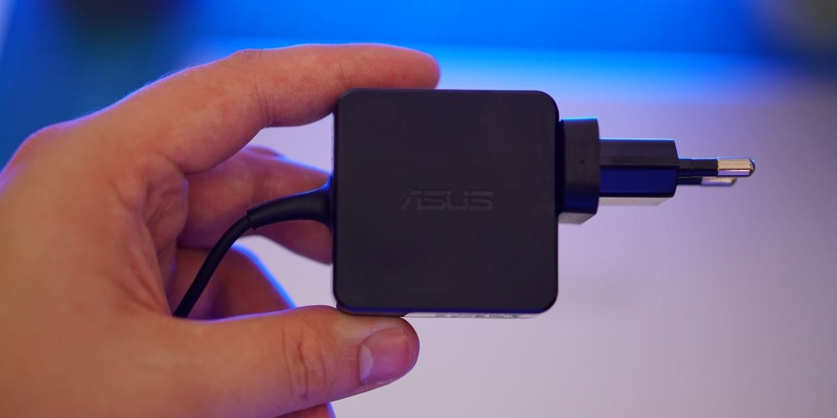 Asus Vivobook oferuje kompaktową ładowarkę