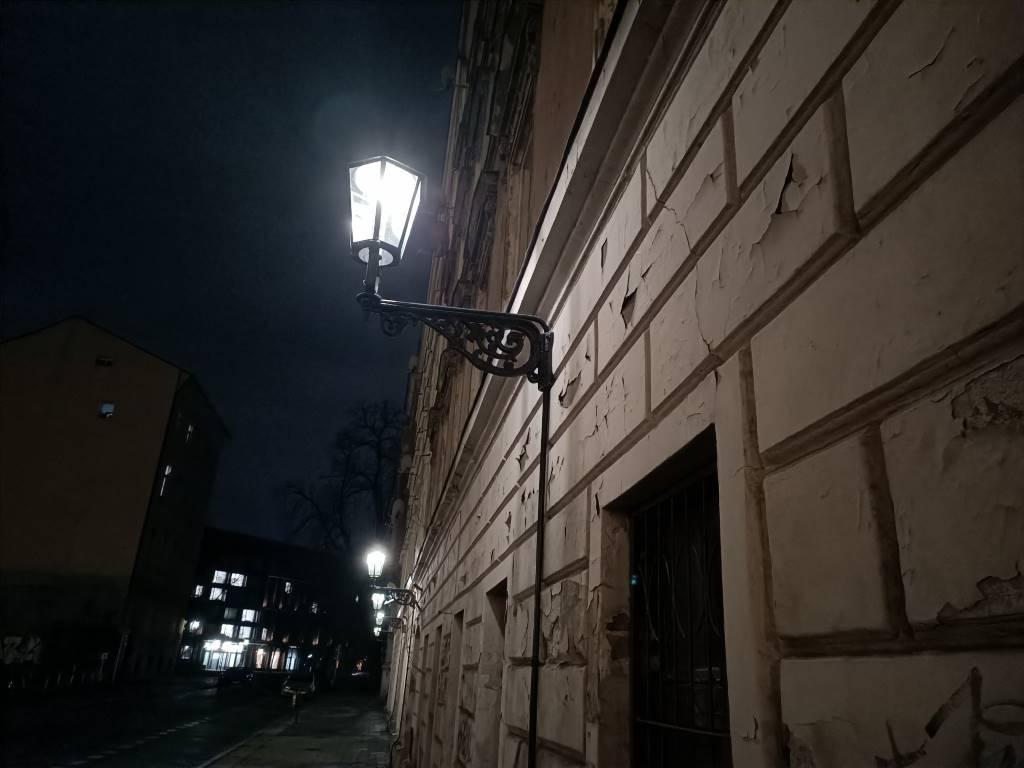 Oppo Reno Z - zdjęcie latarni nocą w trybie automatycznym