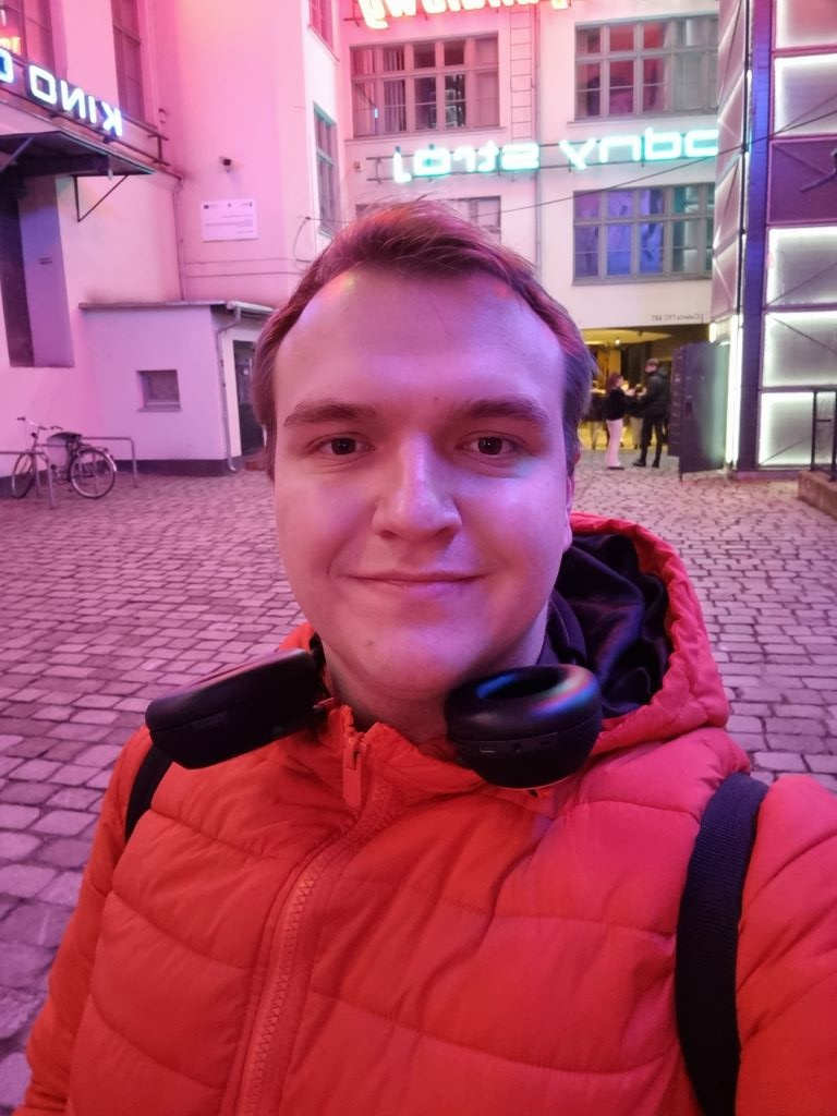 Selfie w sztucznym oświetleniu nocą