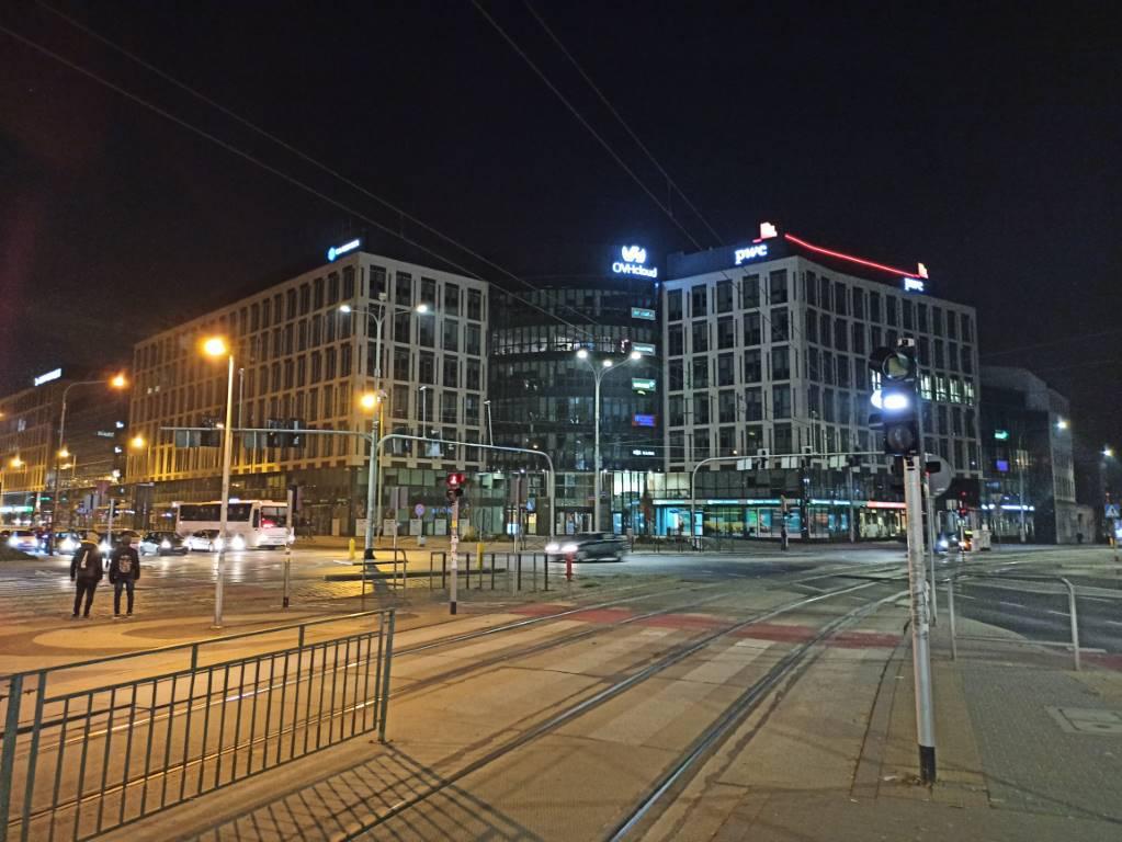 Zdjęcie biurowca nocą w trybie automtycznym Redmi Note 8 Pro