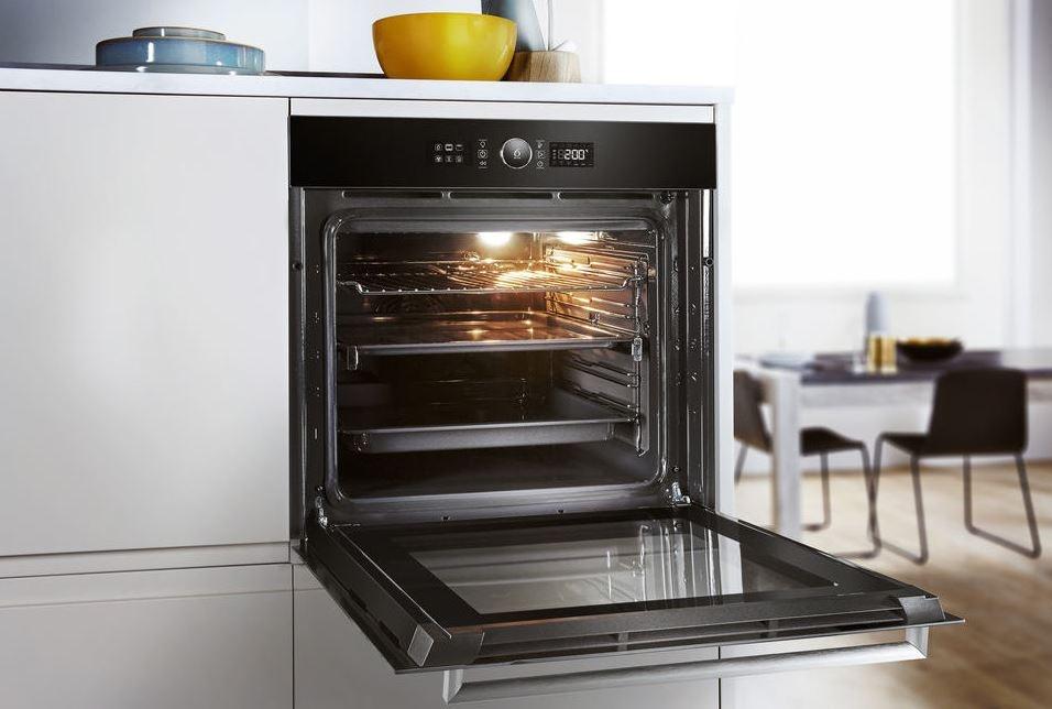 Czarny piekarnik  Whirlpool OAKZ9 7921 CS NB w kuchni