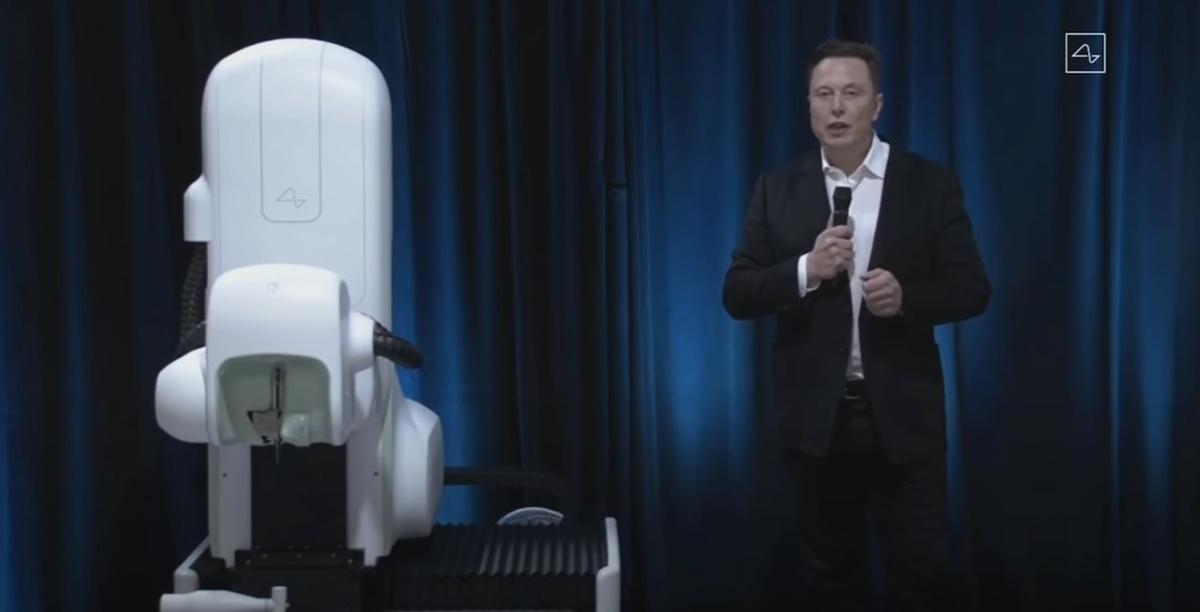 Elon Musk stoi przy robocie, który w przyszłości wykona operacje