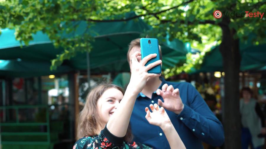 LG K40 sprawdza się dobrze jako telefon do selfie