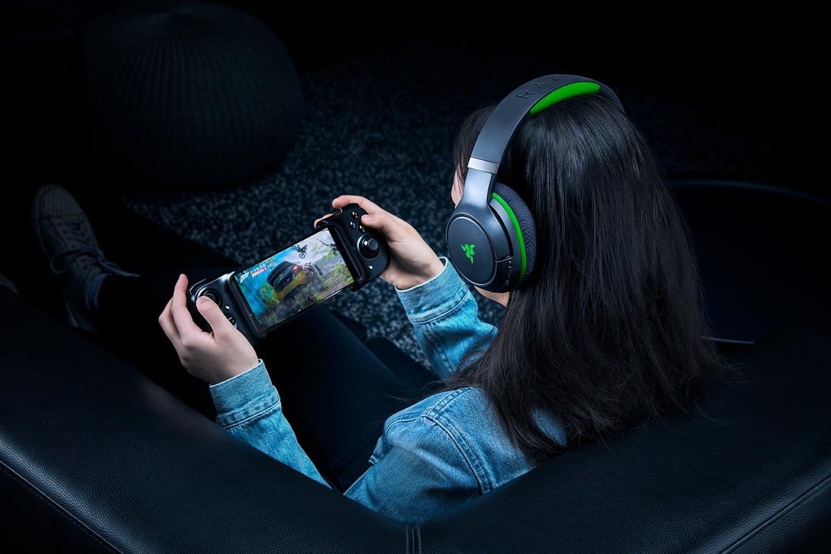 Razer Kaira Pro od tańszego modelu różni się czasem pracy, oświetleniem oraz mikrofonem