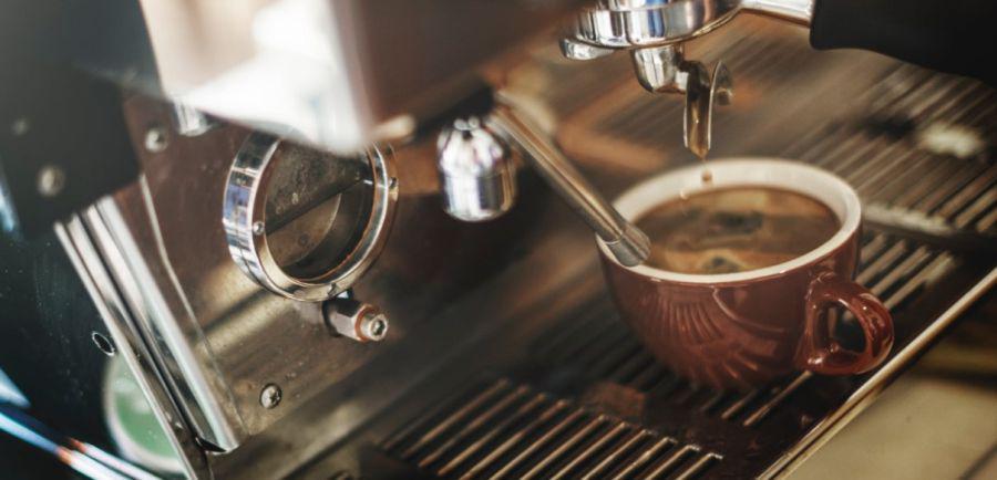 kawa zrobiona z nowoczesnego ekspresu do kawy