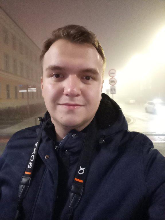 Selfie HTC Desire 19+ nocą