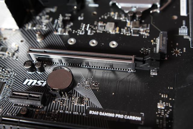 MSI B360 GAMING PRO CARBON - wzmocniony slot PCI-E
