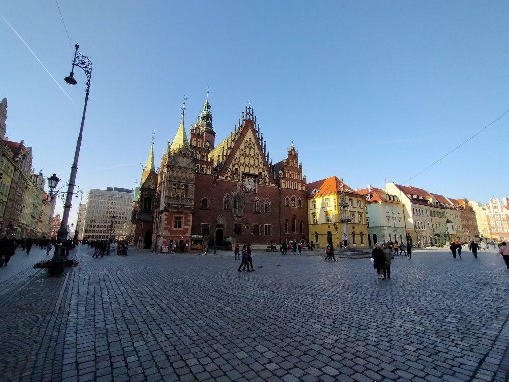 Zdjęcie szerokokątne w słoneczny dzień na wrocławskim rynku