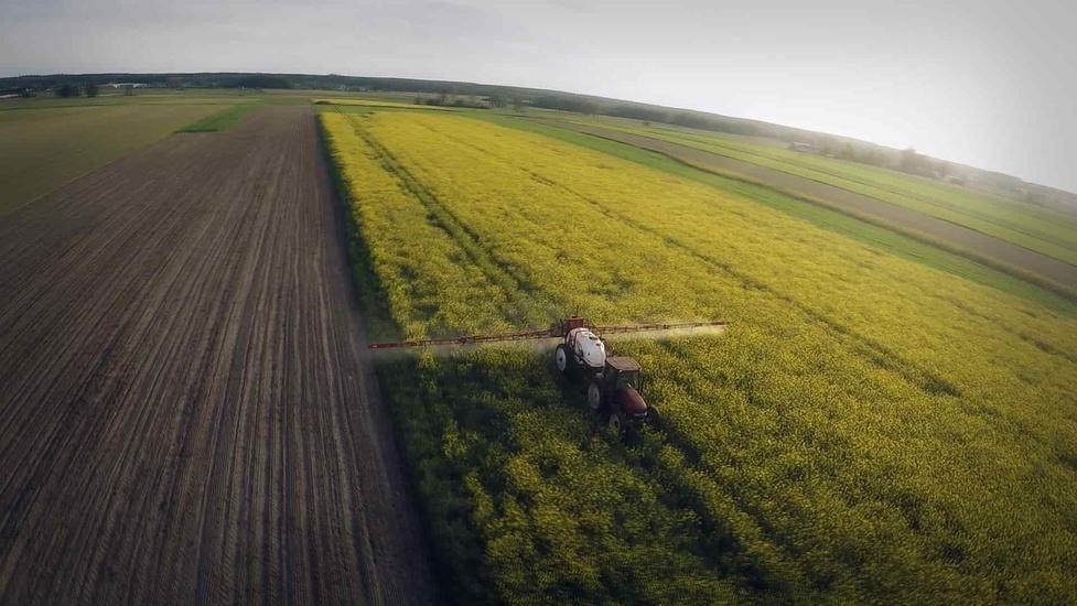 Pług, ciągnik i... dron! Parrot prezentuje sensor drona dla rolników!