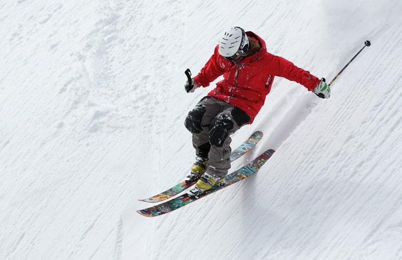 Kamera sportowa przyczepiona do kasku idealnie posłuży na nartach