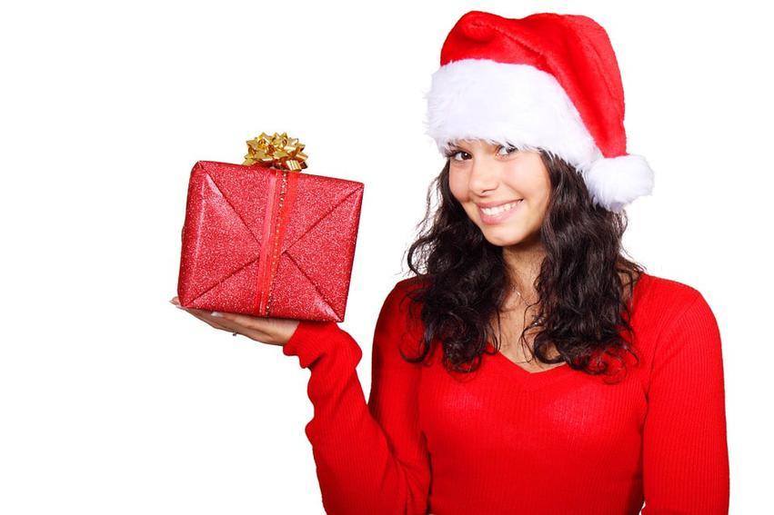 kobieta z prezentem w ręku