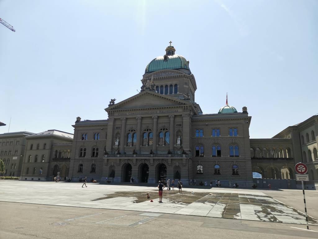 Parlament, zdjęcie w trybie AI - niebieskie niebo, f/1.8, ISO 50, 1/1211s