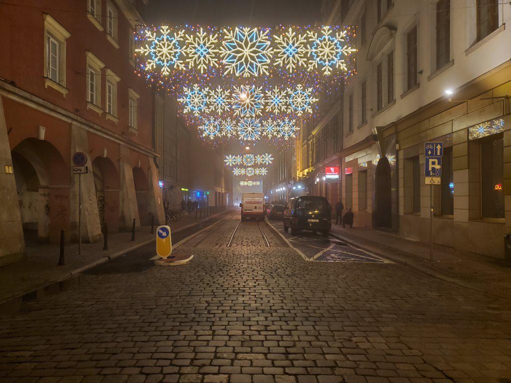 Galaxy Fold ulica nocą
