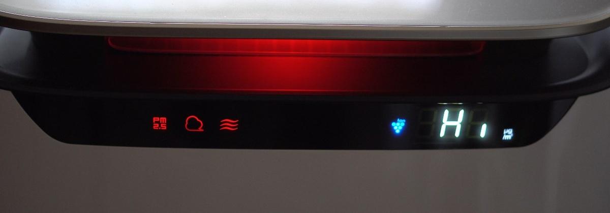 Podświetlenie oczyszczacza na czerwono wskazuje, że poziom zanieczyszczenia jest duży