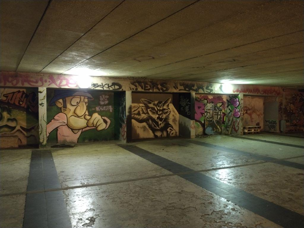 Motorola Moto G8 Power - graffiti i murale nocą