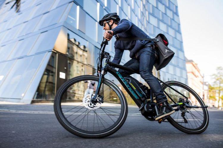 jeżdzenie na elektrycznym rowerze