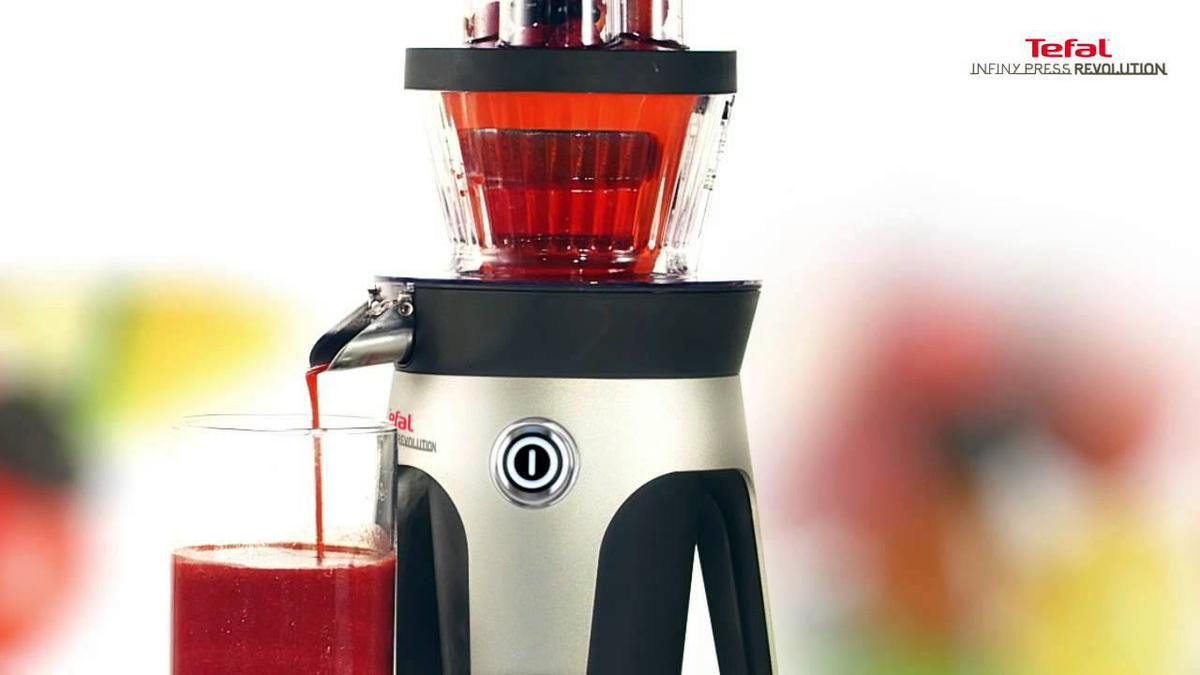 czerwony sok z wyciskarki firmy Tefal